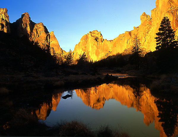 Reflection on the Crooked River at sunrise. © Howie Garber, Wanderlust Images.